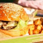 Burger mit Pommes